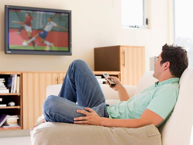 Xem tivi quá 5 giờ/ngày sẽ ảnh hưởng có hại tới người lớn tuổi